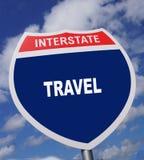 Het snelwegteken geeft richting aan een manier om reizende pret te ervaren stock afbeeldingen