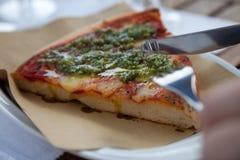 Het snijden in de pizza Royalty-vrije Stock Foto
