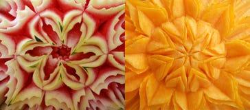 Het snijden op een watermeloen en een pompoen Royalty-vrije Stock Afbeeldingen