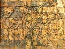 Het snijden op tempelmuur over het verhaal van de strijdoorlog stock afbeelding