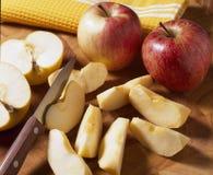 Het snijden van de appelen Stock Fotografie
