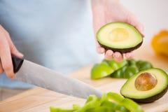 Het Snijden van de avocado Royalty-vrije Stock Foto's