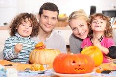 Het snijden van de Halloween-pompoen Royalty-vrije Stock Afbeeldingen