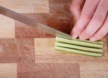 Het snijden van de komkommer Stock Foto's