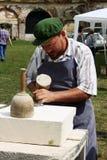 Het snijden van de mens in steen Stock Foto
