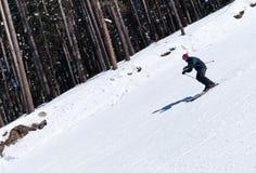 Het snijden van de skiër neer van steile helling stock fotografie