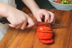 Het snijden van de tomaat Stock Afbeeldingen