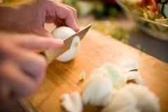Het snijden van de uien Stock Afbeelding