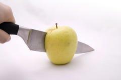 Het snijden van een Appel Stock Afbeeldingen