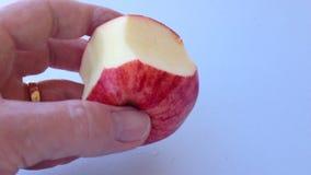 Het snijden van een appel stock videobeelden