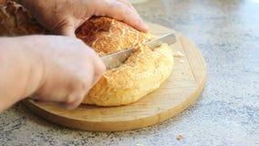 Het snijden van een brood van brood stock footage