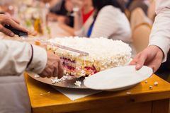Het snijden van een cake Stock Foto's