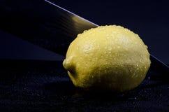 het snijden van een citroen Royalty-vrije Stock Afbeelding
