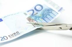 Het snijden van een euro bankbiljet Stock Afbeeldingen