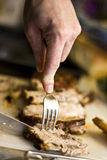 Het snijden van een lapje vlees 2 stock fotografie
