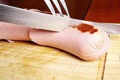 Het snijden van een reuzeWurstel Stock Fotografie