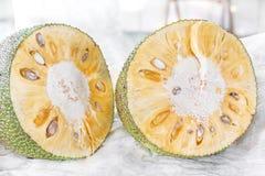 Het snijden van een rijpe gouden jackfruit Stock Foto's