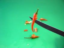 Het snijden van een rode koele peper Stock Foto