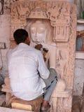 Het snijden van een steenreplica in India stock foto's