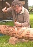 Het snijden van een totempaal. Stock Fotografie
