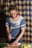 Het snijden van gekookte calamar stock fotografie