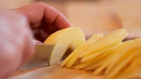 Het snijden van gepelde appelen voor appeltaart stock videobeelden