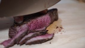 Het snijden van geroosterd lapje vlees op een scherpe raad stock video