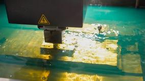 Het snijden van het proces van het bladmetaal in water Vonkenvlieg van laser door automatische fabriek, productie, vooraanzicht royalty-vrije stock foto's