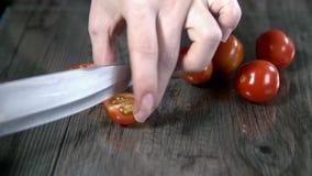 Het snijden van kleine tomaten in de stukken stock video