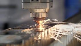 Het snijden van metaal Vonkenvlieg van laser Industri?le lasersnijder met vonken De geprogrammeerde robot hoofdbesnoeiingen met stock videobeelden