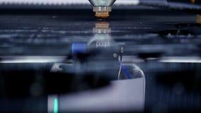 Het snijden van metaal Vonkenvlieg van laser Industri?le lasersnijder met vonken De geprogrammeerde robot hoofdbesnoeiingen met stock video