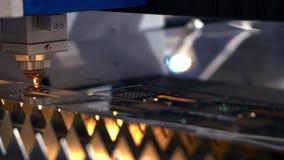 Het snijden van metaal Vonkenvlieg van laser klem De Technologie van de lasersnijmachine Industri?le Laser scherpe verwerking stock footage