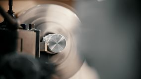 Het snijden van metaaldelen op de draaibankmachine bij de fabriek, veel metaalspaanders, industrieel concept, vooraanzicht stock video