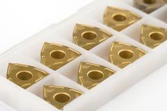 Het snijden van tussenvoegsels voor het draaien in een doos Stock Fotografie