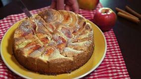 Het snijden vers bakte appeltaart met scherp keukenmes stock video