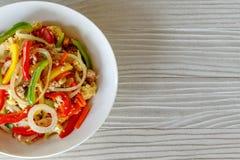 Het Snoepje van de mengelingspeper op Houten Lijst, beweegt Fried Pork met Pepersnoepje stock afbeeldingen