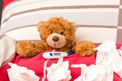 Het snoepje weinig beer ligt ziek in een bed royalty-vrije stock foto's