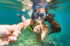 Het snorkelen de vrouw maakt verleidend gebaar in oceaan royalty-vrije stock foto's