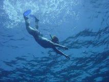 Het snorkelen in diep water royalty-vrije stock foto's