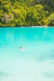 Het snorkelen in een prachtige blauwe lagune Royalty-vrije Stock Foto's