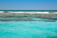 Het snorkelen mensen in de open zee Stock Afbeelding