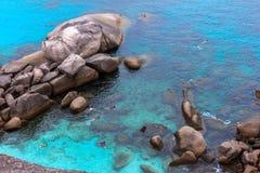 Het snorkelen in mooie tropische overzees en blauwe hemel van Similan isl Stock Foto's