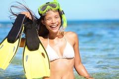 Het snorkelen pret op strand - vrouw die vinnen tonen Royalty-vrije Stock Fotografie