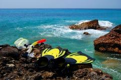 Het snorkelen reeks op een rotsachtig strand Stock Fotografie