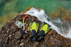 Het snorkelen reeks op een rotsachtig strand Stock Foto