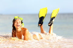 Het snorkelen van het water de vrouw van het pretstrand het lachen royalty-vrije stock fotografie
