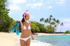 Het snorkelen vrouw op de tropische reis van de strandvakantie stock afbeelding