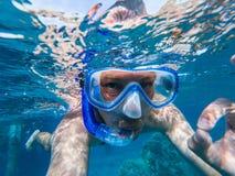 Het snorkelende o.k. teken van de kerel onderwater doende scuba-uitrusting stock afbeeldingen