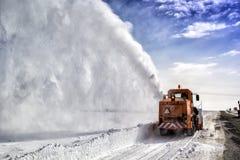 Het Snow-covered weg schoonmaken door de machine van de sneeuwverwijdering royalty-vrije stock foto's