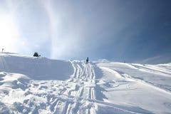 Het snowshoeing van mensen Stock Fotografie